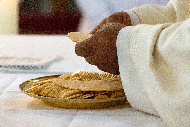 celebration of the eucharist 5243045 640